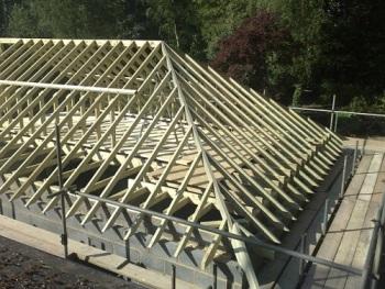 Последовательное крепление узлов каркаса крыши