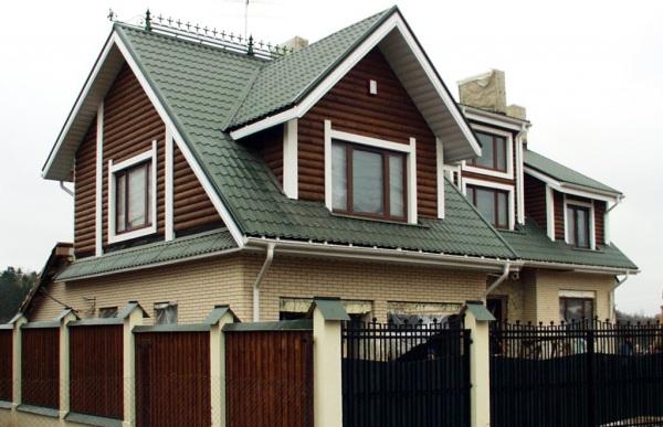 Фото дома после покрытия крыши металлочерепицей.