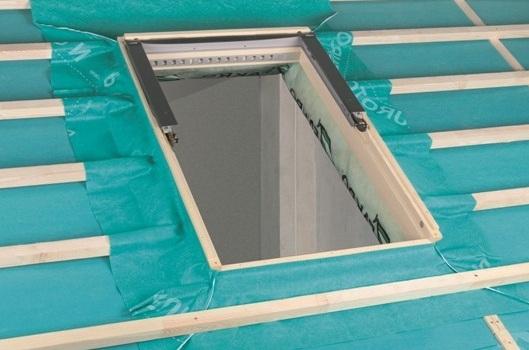 Укладка гидроизоляции для мансардного окна