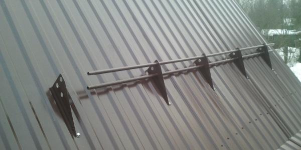 Устоновка трубчатых снегозадержателей на крышу из профнастила